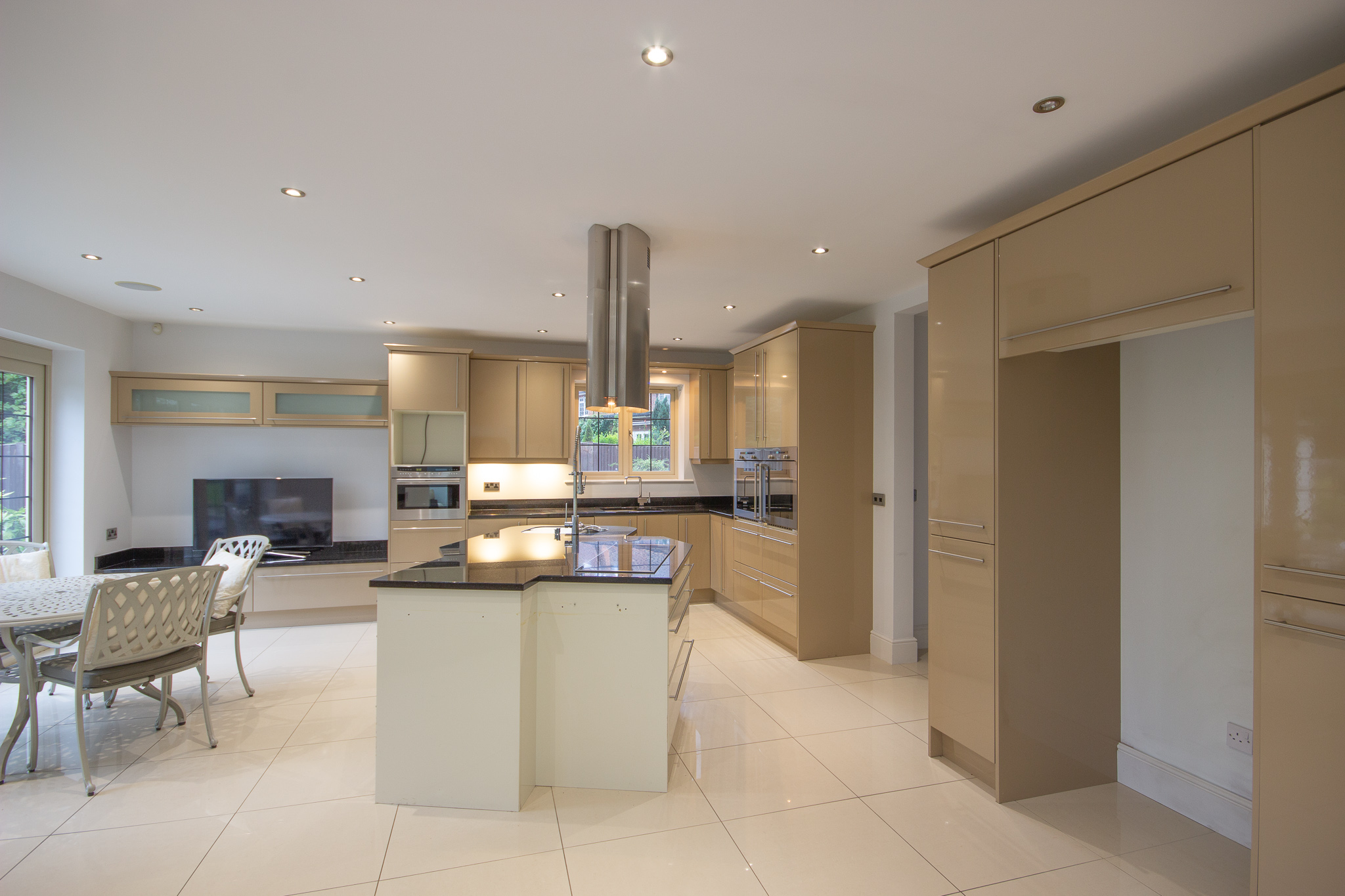 Large Contemporary High Gloss Used Kitchen, Island & Media