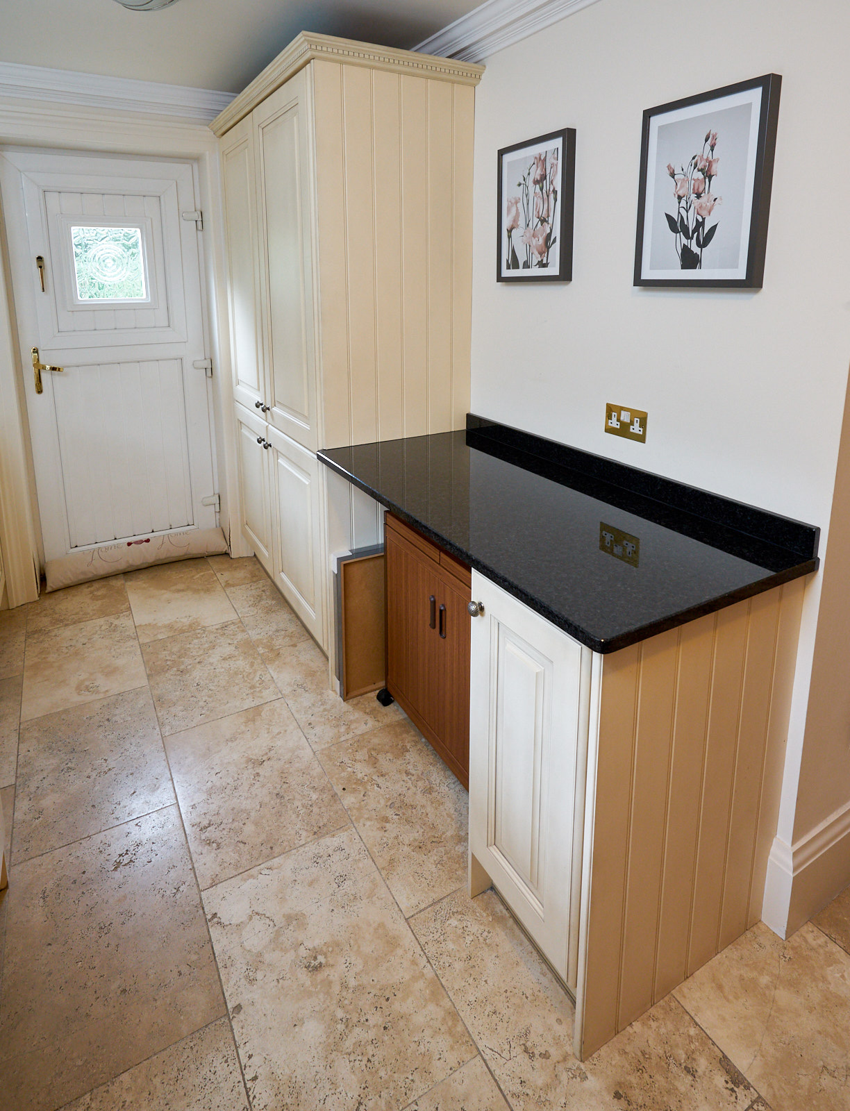 LARGE Traditional In Frame Used Kitchen with Utility ...