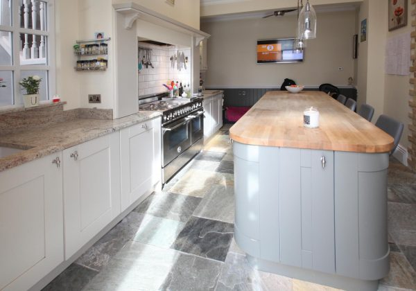 Traditional Shaker Used Kitchen with Island Breakfast Bar, Range Oven