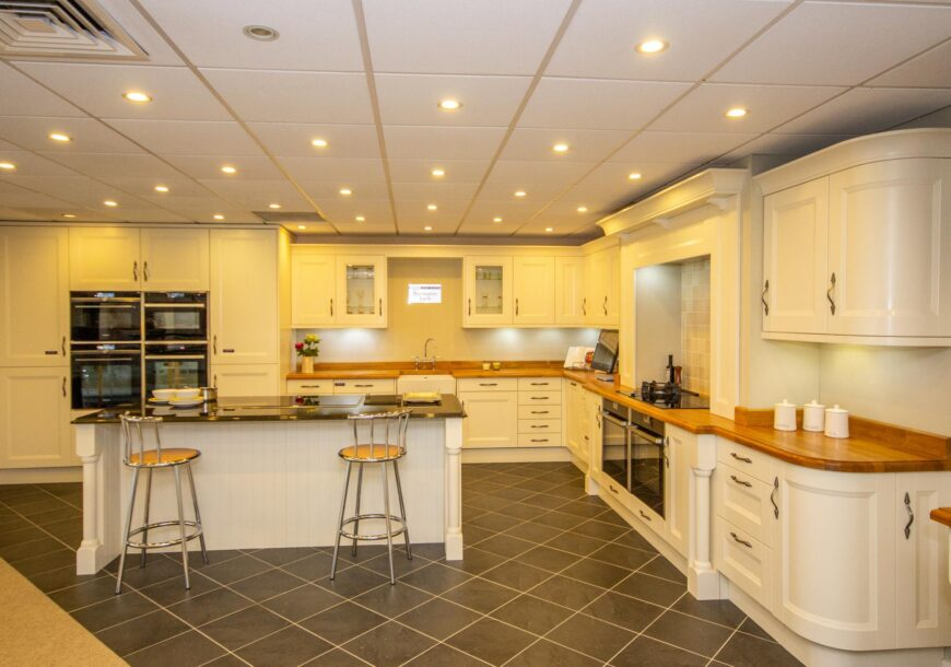 60% OFF RRP £33,465 CHIPPENDALE Hilton Shaker Ex Display Kitchen, NEFF Appliances, South
