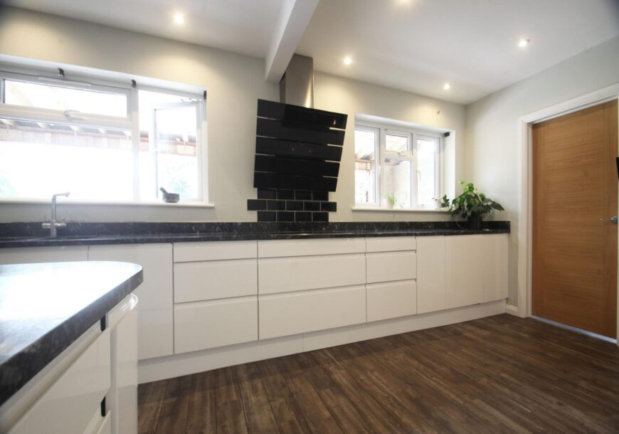 Approved Used Kitchen, Magnet Gloss Handleless, Surrey