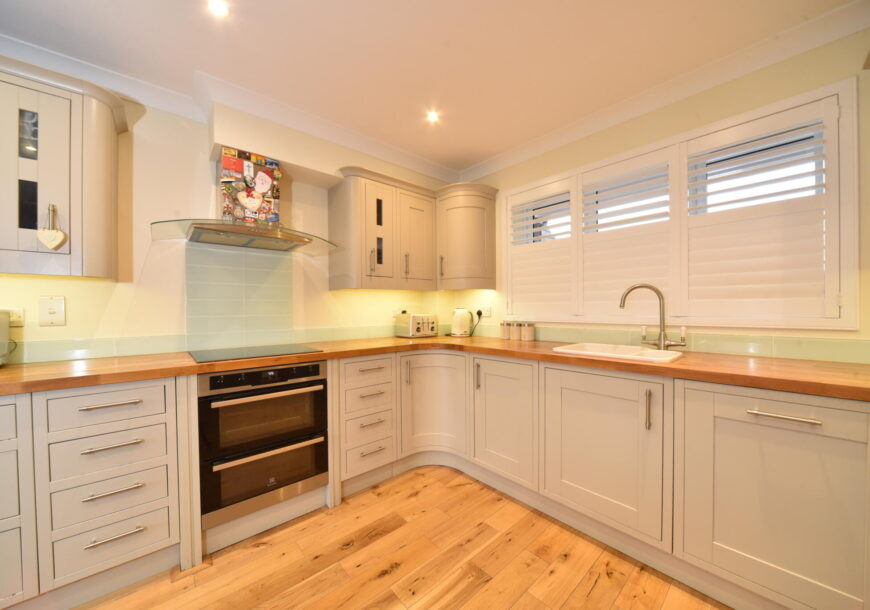 Approved Used Kitchen, Magnet Shaker, Berkshire
