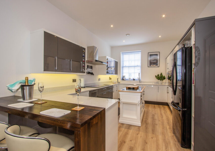 Approved Used Kitchen, Large Modern Gloss, Hampshire