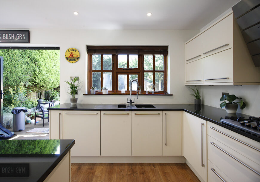 Approved Used Kitchen, Howdens Large Modern, Surrey